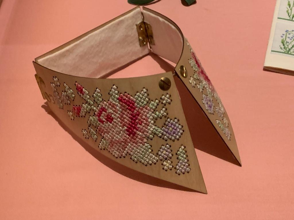 Winde Rienstra, Houten kraag met kruissteekborduursel uit de collectie Ithaka, 2012