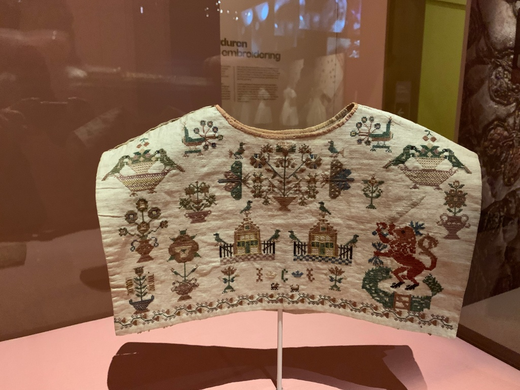 Een kraplap vol geborduurd met merklapmotieven uit 1798
