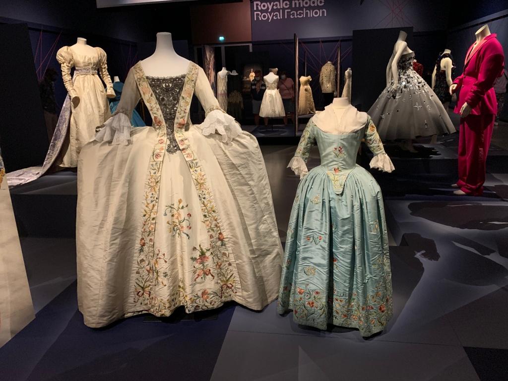 Voliminieuze heupen voor in jurken die gedragen werden in het tweede helft van de 18de eeuw. Ook jonge meisje moesten hier aan geloven.