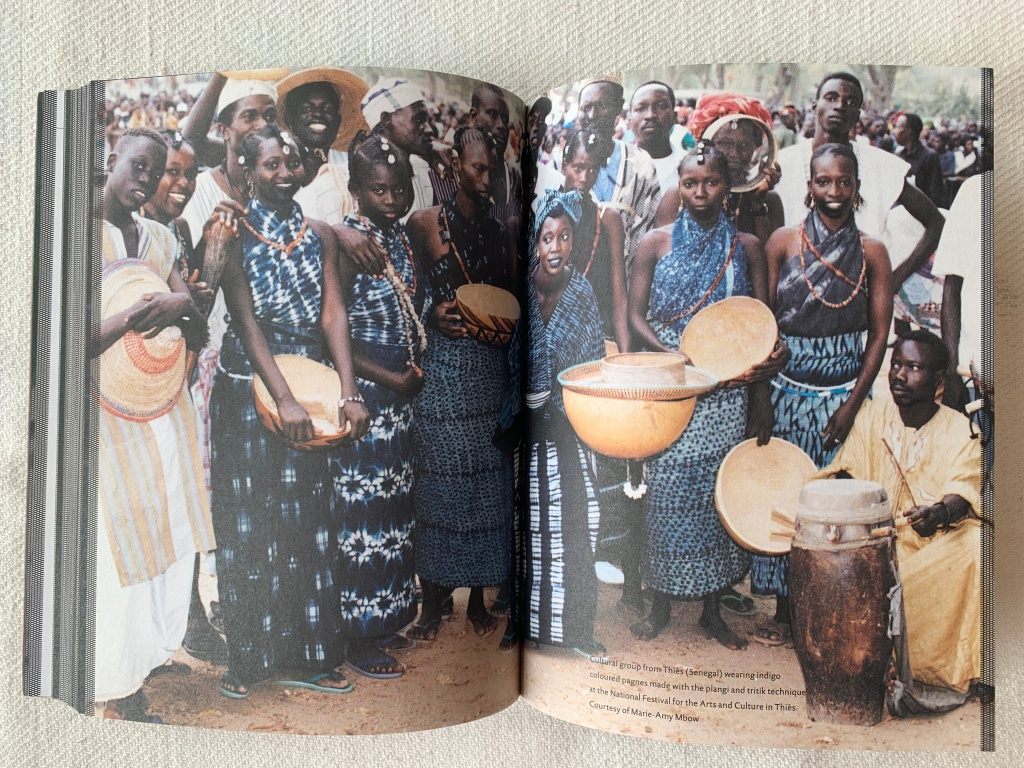 Een groep Senegalese vrouwen in 'pagnes' geverfd met indigo. Als liefhebber van indigo vind ik dit een schitterende foto