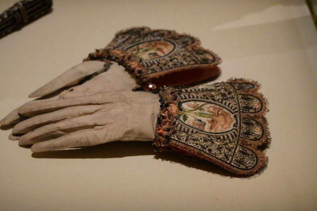 Beeldschone bruidshandschoenen van leer, zijde, gouddraad, bouillondraad, parels en pailletten. Wat een feest zal het zijn geweest om deze aan te hebben.