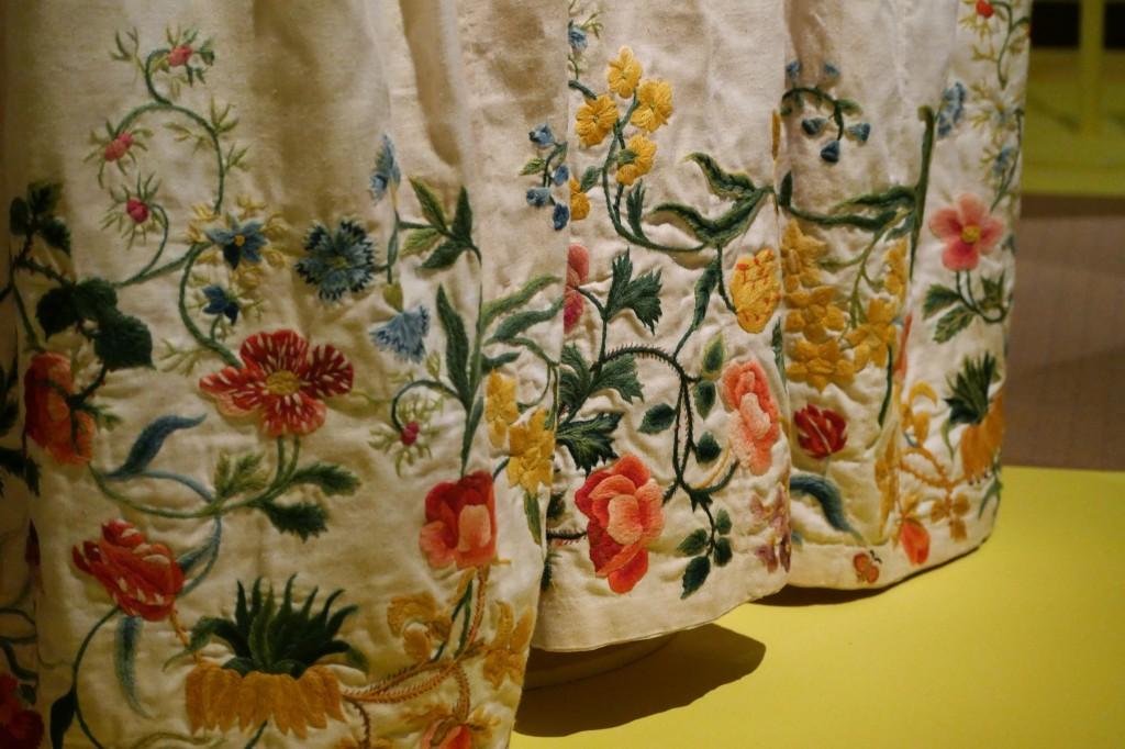 Feestelijke bloemen uit verschillende seizoenen op de onderkant van een rok