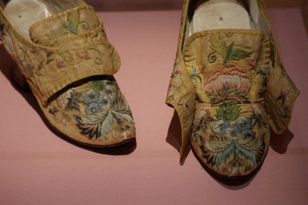Met zijde geborduurde bloemen op damesschoenen uit 1740-1760