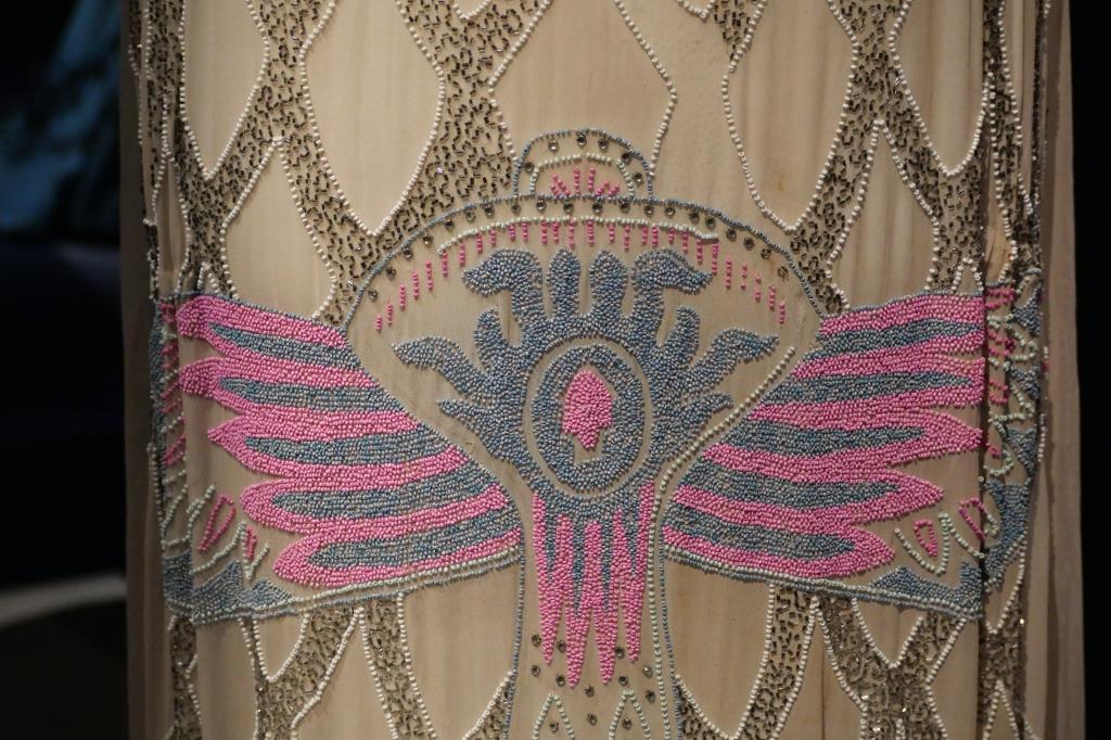 Met de hand zijn duizenden kleine kraaltjes en strass steentjes op deze feestelijke jurk gezet