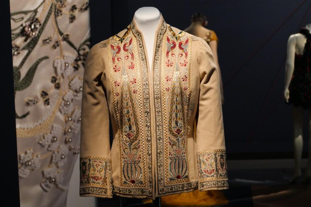 Een elegant wollen jasje geborduurd met zijde uit 1910. Tijdloos en elegant