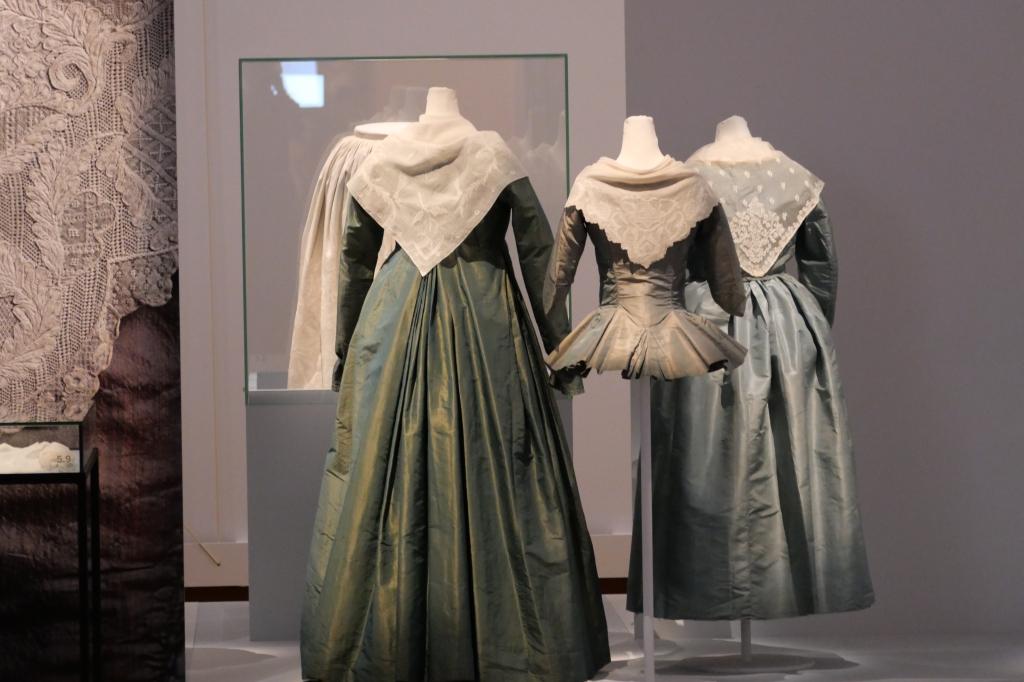 Een serie van drie tipdoeken gedragen op zijden jurken en jak uit de 17de en 18de eeuw